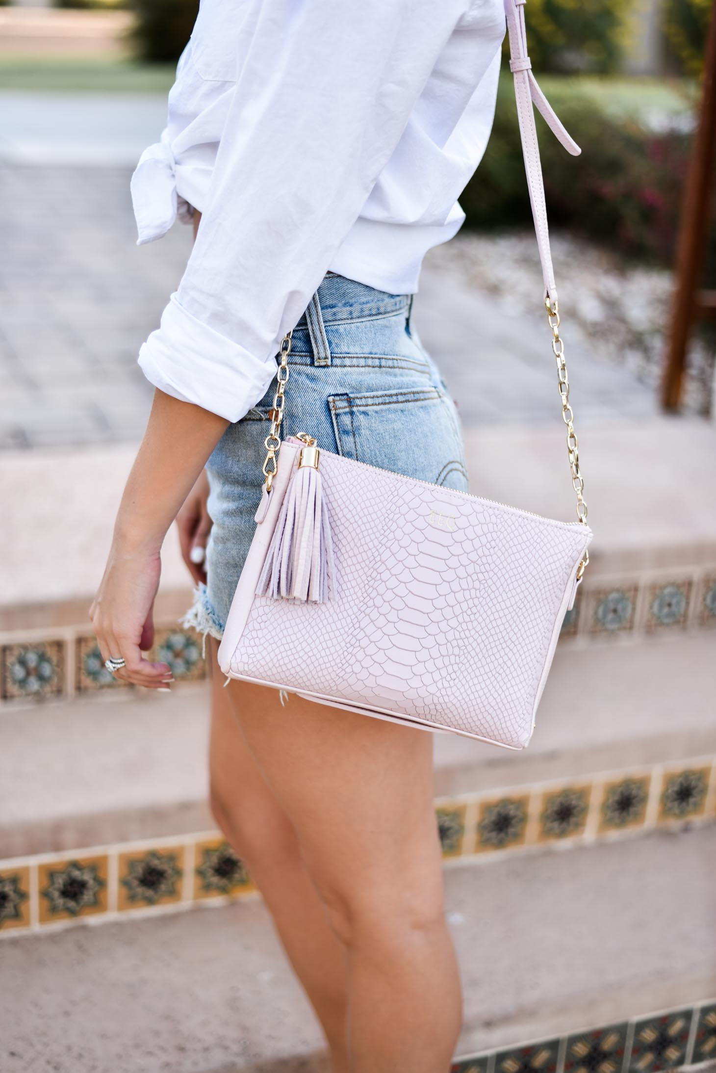 Erin Elizabeth of Wink and a Twirl shares this Gigi New York summer crossbody bag