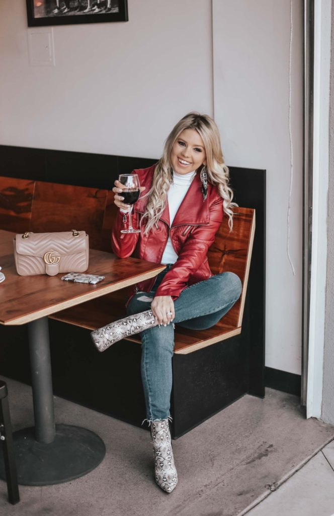 Erin Elizabeth of Wink and a Twirl shares the perfect casual night out look for dinner and drinks from Lulus