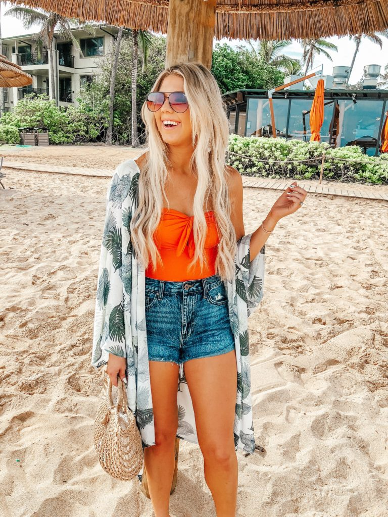 Erin Elizabeth of Wink and a Twirl shares the perfect beachside essentials from Lulus from her recent trip to Hawaii and Turtle Bay Resort